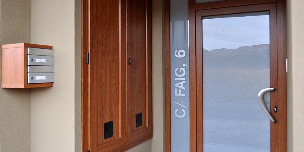 Puerta de entrada de PVC con vidrio laminado