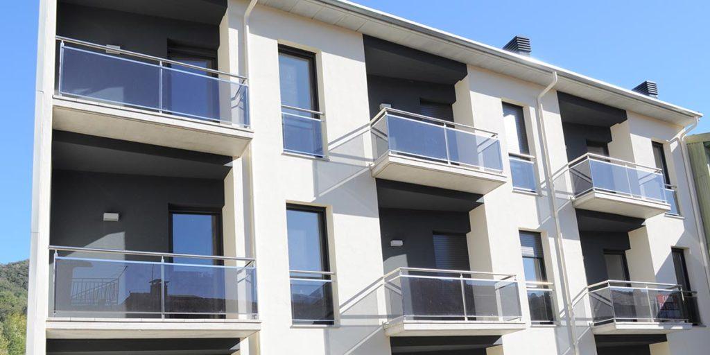Tancaments d'alumini en un edifici de 3 cases unifamiliars
