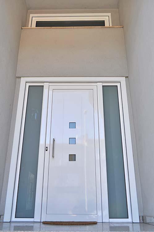 Puerta de entrada de aluminio lacado blanco