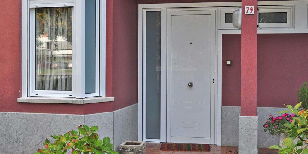 Puerta de entrada y cierres de aluminio para una comunidad de viviendas