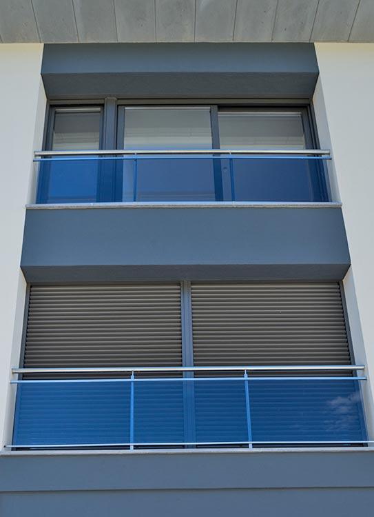 Balconeres practicables d'una fulla amb persiana motoritzada